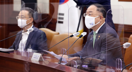 Finance Minister Hong Nam-ki, right, in a government meeting on ″big three″ future indusstires held at the government complex in Seoul on Thursday [YONHAP]