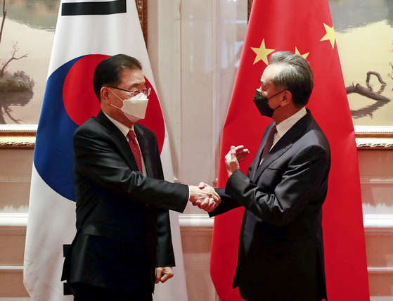 Korean Foreign Minister Chung Eui-yong, left, and Chinese Foreign Minister Wang Yi shake hands ahead of bilateral talks in Xiamen, southeastern China, on April 3. [YONHAP]