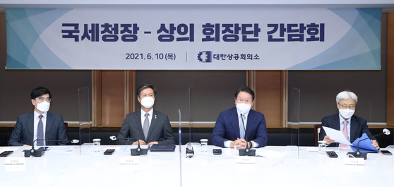National Tax Service Commissioner Kim Dai-ji, second from left, and KCCI Chairman Chey Tae-won attend a meeting at the KCCI offices in central Seoul on Thursday. [KCCI]