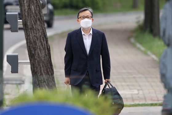 Former Justice Minister Kim Hak-ui is released on bail from Seoul Detention Center in Uiwang, Gyeonggi on Thursday afternoon. [YONHAP]