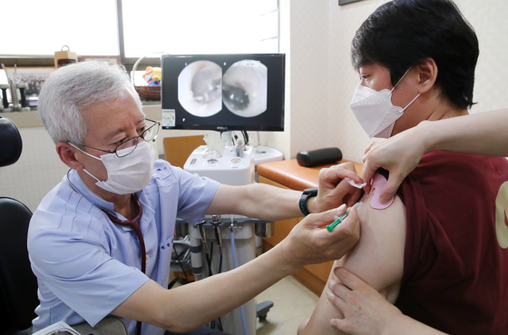 A citizen receives a shot of Janssen's Covid-19 vaccine at a medical center in Songpa District, southern Seoul, on the first day of Korea's Janssen inoculation on Thursday. [NEWS1]