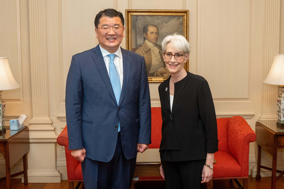 Korean First Vice Foreign Minister Choi Jong-kun, left, and U.S. Deputy Secretary of State Wendy Sherman pose for a photo ahead of bilateral talks in Washington on Wednesday. [FOREIGN MINISTRY]