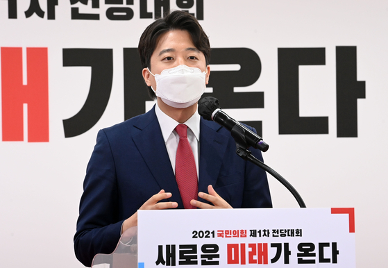 Lee Jun-seok gives a speech on Friday to accept his election as the People Power Party's new chairman. [YONHAP]