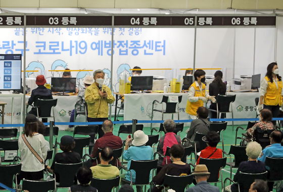 People wait to see if they have an adverse reaction after being vaccinated at a public sports center in Jungnang District, eastern Seoul, Wednesday. [YONHAP]