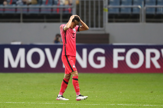 Kim Jin-ya leaves the pitch after receiving a red card for a poorly timed tackle against a Ghanian player at Jeju World Cup Stadium in Seogwipo, Jeju on Saturday. [YONHAP]