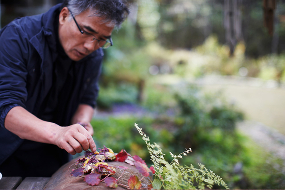 A scene from the documentary ″The Wandering Chef″(2018) directed by Park Hye-ryeong shows the celebrity chef Im Ji-ho, famous for wandering in search of food ingredients from nature. Im died of a heart attack Saturday at the age of 65.  [AT9 FILM]