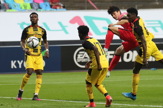 Lee Sang-min heads in Korea's first goal against Ghana at Jeju World Cup Stadium in Seogwipo, Jeju on Saturday. [YONHAP]