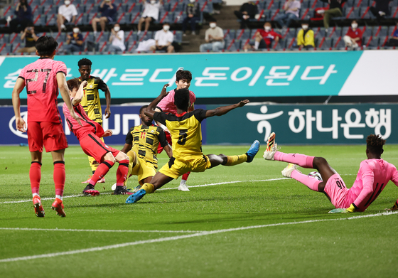 Lee Seung-mo scores Korea's second goal against Ghana at Jeju World Cup Stadium in Seogwipo, Jeju on Saturday. [YONHAP]