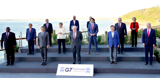 President Moon Jae-in, second from front right, joins the heads of states of Group of Seven (G7) and three other guest nations invited to the G7 summit at Cornwall, Britain, in a commemorative photo session on Saturday. Moon joined the summit from Friday to Sunday, before traveling to Austria Sunday for his state visit. [YONHAP]