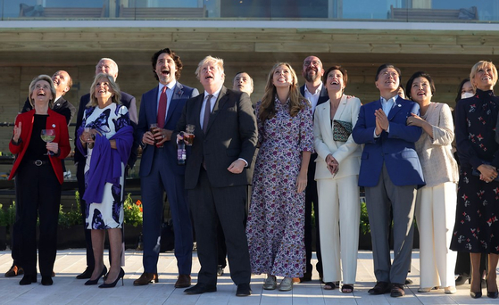 Leaders of G7 and guest nations, joined by their spouses, watch an air show in Cornwall, Britain, on Saturday. The photo has been provided by the British Prime Minister's Office.[YONHAP]