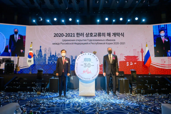 From left, Chung Eui-yong, Korea's foreign minister, and Sergey Lavrov, Russia's foreign minister, celebrate the designation of years 2020 and 2021 for special years of cultural exchanges to commemorate the 30 years of diplomatic ties between Russia and Korea, at the Westin Josun Hotel in Seoul on March 24. [KOREA-RUSSIA ARTS & CULTURE SOCIETY]