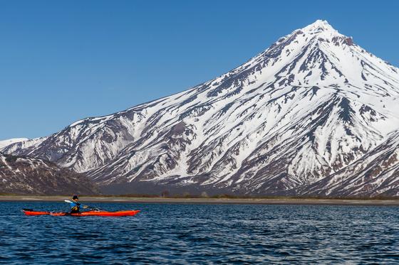 A person paddles a kayak in Avacha Bay of the Pacific Ocean, in Kamchatka Territory. [YELENA VERESHCHAKA/TASS/YONHAP]