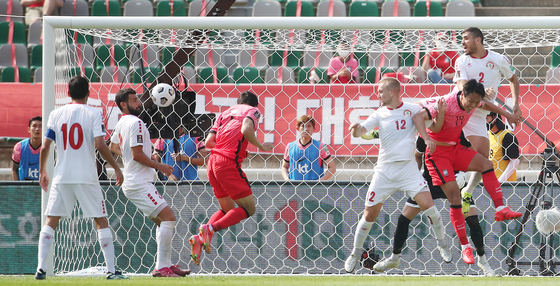 Song Min-kyu heads in a free kick to tie the score at 1-1 in a World Cup qualifier against Lebanon at Goyang Stadium in Goyang, Gyeonggi on Sunday. [NEWS1]