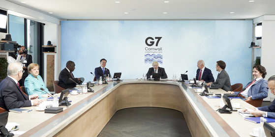 President Moon, fourth from left, joining the leaders of G7 and guest nations in a meeting on global health policies in Cornwall, Britain, on Saturday. [YONHAP]