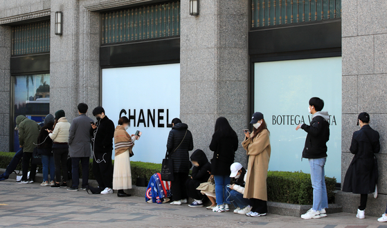 People line up at a department store in Seoul. High-end brands carry only a limited number of products per venue, and many Koreans choose to line up even before department stores open in order to get what they want. [NEWS1]