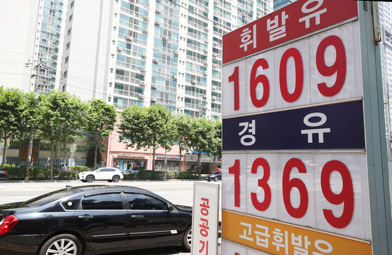 A sign at a local gas station in Seoul on Sunday shows the price of gasoline at 1,609 won ($1.44) per liter. Average gasoline prices at gas stations nationwide increased to 1,564.5 won per liter in the second week of June, up 0.7 percent from the previous week, according to data from the Korea National Oil Corporation. Gasoline prices have been on the rise for six weeks in a row. [YONHAP]
