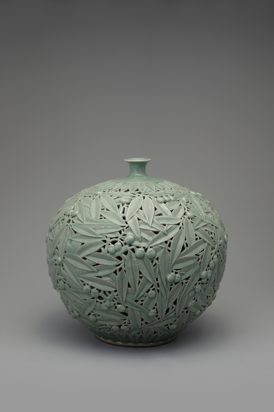 """Korean Ceramic Master Hand No. 349 Kim Se-yong's """"Celadon with a Double Openwork Acorn Design"""" (2005) [TONG-IN GALLERY]"""