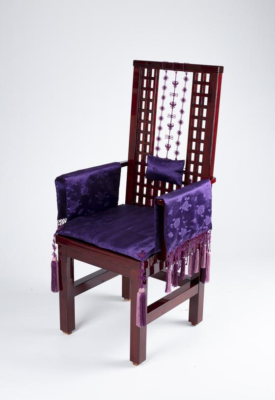 Master knotting artisan Hwang Soon Ja's chair pays homage to Italian designer Miuccia Prada. [KOREAN ROYAL HERITAGE GALLERY]