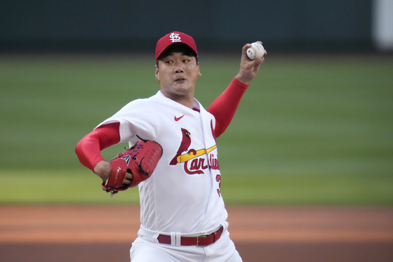 St. Louis Cardinals starting pitcher Kim Kwang-hyun throws during the first inning of a baseball game against the Cincinnati Reds on June 4 in St. Louis. [AP/YONHAP]