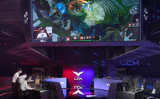 Former Democratic Party (DP) Chairman Lee Nak-yon plays League of Legends on stage at LoL Park, Jongno District, central Seoul, on Monday. LoL Park is where the nation's most popular domestic esports competition, League of Legends Champions Korea (LCK), takes place. [YONHAP]