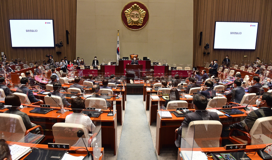 Chairman Lee Jun-seok of the People Power Party hosts the opposition party's largest general assembly of lawmakers at the National Assembly on Monday. [NEWS1]