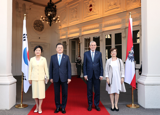 Korean President Moon Jae-in, second from left, and his wife Kim Jung-sook, left, pose with Austrian President Alexander Van der Bellen, second from right, and his wife Doris Schmidauer, right, at an official welcoming ceremony at the presidential palace Wiener Hofburg in Vienna, Austria, on Monday. [YONHAP]