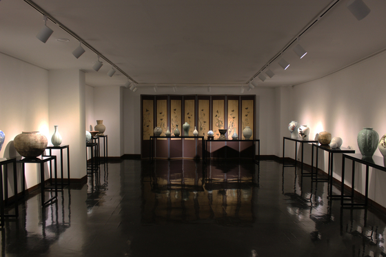 """A view of the """"Masters and Future Masters"""" exhibition at the Tong-in Gallery in Insa-dong, central Seoul [TONG-IN GALLERY]"""