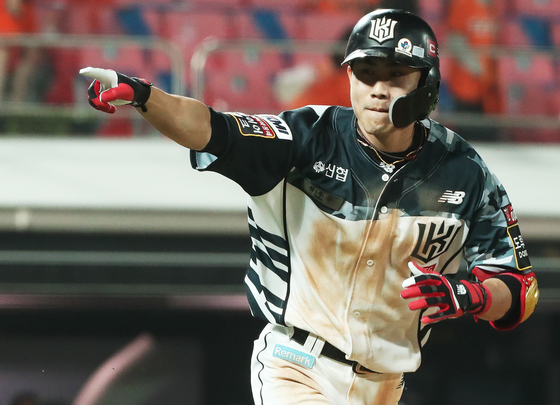 KT Wiz infielder Shim Woo-jun rounds the bases after hitting a tying home run at the bottom of the ninth against the Hanwha Eagles at Suwon KT Wiz Park in Suwon, Gyeonggi on Friday. [YONHAP]