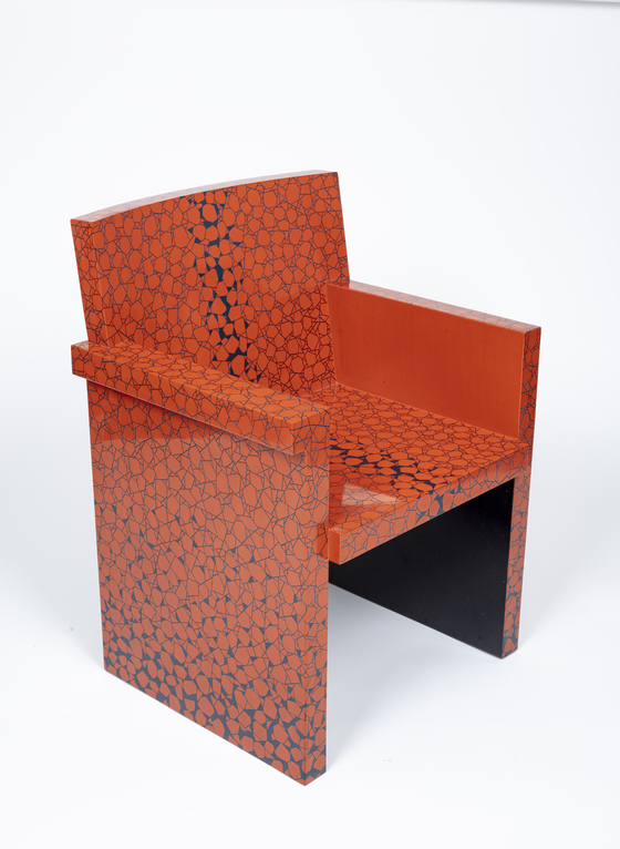 Master colored lacquerware artisan Choi Jong-kwan's chair pays homage to Italian designer Ettore Sottsass. [KOREAN ROYAL HERITAGE GALLERY]