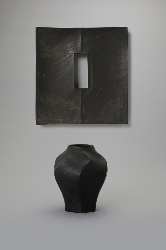 """Ceramic artist Lee Song-am's """"Faceted Dish with Black Glaze"""" (2020) and """"Faceted Vase with Black Glaze"""" (2020) [TONG-IN GALLERY]"""