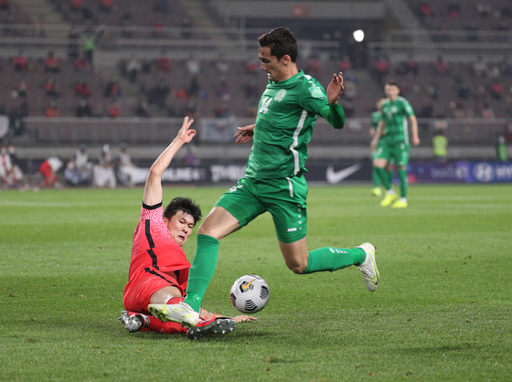 Kim Min-jae slides into a tackle as Korea take on Turkmenistan in a World Cup qualifier at Goyang Stadium in Goyang, Gyeonggi on June 5. [NEWS1]