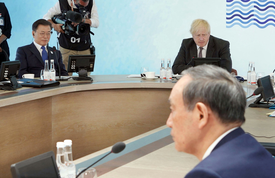 Korean President Moon Jae-in, left, and Japanese Prime Minister Yoshihide Suga, right, take part in a discussion on climate change at the G7 summit in Cornwall, Britain, Saturday, hosted by British Prime Minister Boris Johnson, center. [YONHAP]