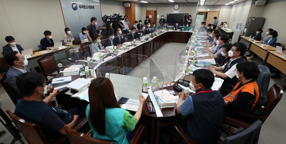 Representatives from business, labor unions and the government attend a meeting to discuss next year's minimum wage at the government complex in Sejong on Tuesday. The group has until August to decide on next year's minimum wage. Last year the minimum wage increased 1.5 percent to 8,720 won ($7.80) per hour. It was the lowest increase since 1988, when the minimum wage first began to be reviewed annually.  [YONHAP]
