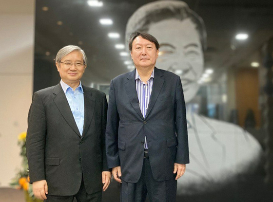Former Prosecutor General Yoon Seok-youl, right, poses for a photograph with Kim Seong-jae, director of the Kim Dae-jung Presidential Library and Museum in Seogyo-dong, Mapo District, in western Seoul after his visit on Friday. [YONHAP]