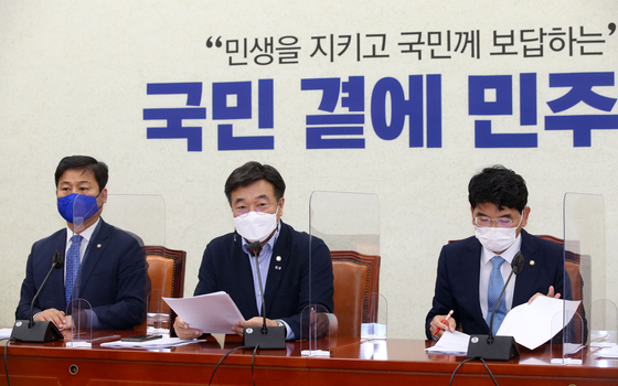 Rep. Yun Ho-jung, floor leader of the Democratic Party, speaks during a party meeting on Tuesday. [YONHAP]