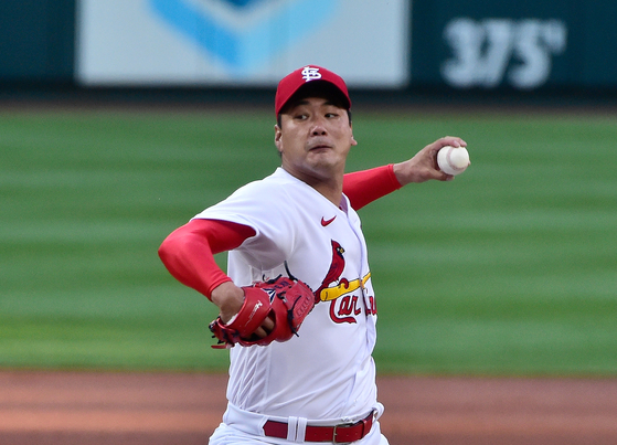 St. Louis Cardinals starting pitcher Kim Kwang-hyun pitches during the first inning against the Cincinnati Reds at Busch Stadium on June 4. [USA TODAY/YONHAP]