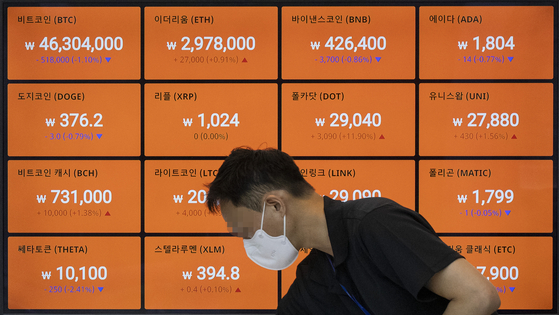 Digital screens operated by Bithumb shows prices of cryptocurrencies on Tuesday in Ganganm District, southern Seoul. On Tuesday. Bitcoin traded at $40,500 as of 4:30 p.m.Tuesday, up 2.78 percent from 24-hours ago, according to data from CoinMarketCap. [YONHAP]