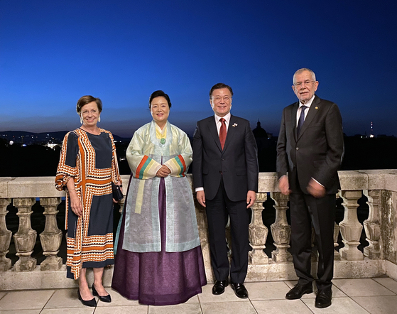 Korean President Moon and first lady Kim Jung-sook, center, take a commemorative photo with Austrian President Alexander Van der Bellen, far right, and first lady Doris Schmidauer, far left, at the Belvedere Palace in Vienna, the site of Austria's Declaration of Independence, Monday afternoon. The two leaders held a bilateral summit and a joint press conference during a three-day state visit by Moon to Austria. [BLUE HOUSE]