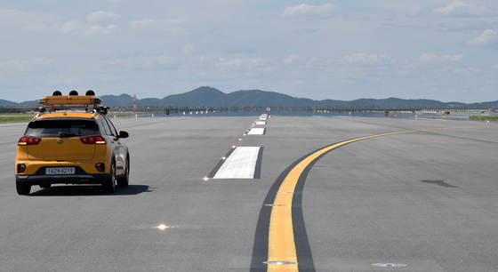 The fourth runway at Incheon International Airport will be put into service from 1:00 a.m. on Thursday. Korea is the fifth country in the world to have an airport that has four runways, after the Netherlands, Germany, China and Japan. [YONHAP]