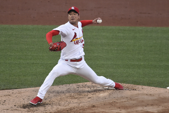 St. Louis Cardinals starting pitcher Kim Kwang-hyun Kim throws a pitch during the third inning of a baseball game against the Miami Marlins in St. Louis, Missouri on Tuesday. [AP/YONHAP]