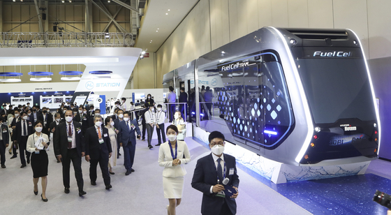 Visitors take a look at an electric tram powered by Hyundai Motor's fuel-cell hydrogen system at a Rail Log Korea exhibition held at Bexco in Busan on Wednesday. The exhibition dedicated to railroad technology will be held until June 19. [YONHAP]