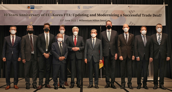 Participants at a conference co-hosted by the European Chamber of Commerce in Korea (ECCK), Korean-German Chamber of Commerce and Industry and the German Embassy pose at the Millennium Hilton Seoul, central Seoul, on Tuesday. Held to mark the 10th anniversary of the Korea-European Union (EU) free trade agreement (FTA), the event looked back at its achievements and raised suggestions to improve trade relations. ECCK Chairman Dirk Lukat, fourth from right, pointed out that a static FTA can lose effectiveness as the world changes and called for a modernization of the agreement. Other participants included German Ambassador to Korea Michael Reiffenstuel, center, and Martin Henkelmann, KGCCI president, third from right. [PARK SANG-MOON]