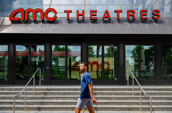 A passerby walks in front of an AMC theater in Washington on June 3. [AFP/YONHAP]