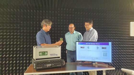 Researchers at Samsung Research demonstrate terahertz communications at a Samsung Research America lab. [SAMSUNG ELECTRONICS]