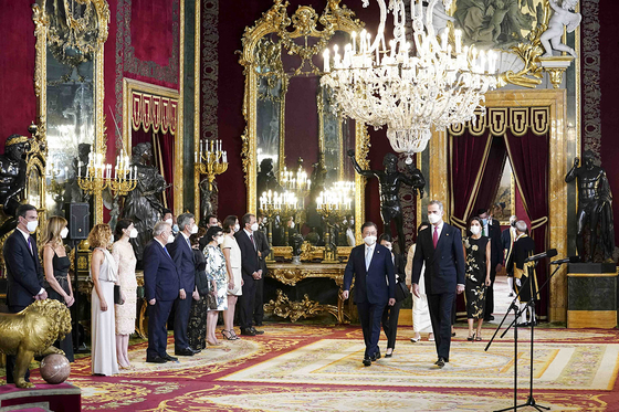 Korean President Moon Jae-in and first lady Kim Jung-sook are ushered in the state banquet hosted by King Felipe VI at the royal palace in Madrid on Tuesday. [BLUE HOUSE]
