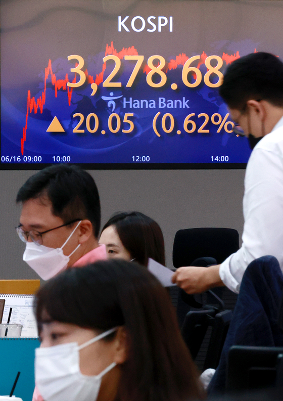 A screen in Hana Bank's trading room in central Seoul shows the Kospi closing at 3,278.68 points on Wednesday, up 20.05 points, or 0.62 percent, from the previous trading day. The index hit an all-time high, continuing its five-session winning streak. [YONHAP]