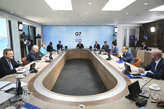 Leaders of the world's wealthiest democracies take part in the G7 summit in Carbis Bay, Cornwall, England, Saturday which included a session on climate change. From left, Italy's Prime Minister Mario Draghi, Australia's Prime Minister Scott Morrison, German Chancellor Angela Merkel, South Africa's President Cyril Ramaphosa, South Korea's President Moon Jae-in, Britain's Prime Minister Boris Johnson, U.S. President Joe Biden, French President Emmanuel Macron, Canada's Prime Minister Justin Trudeau, Japan's Prime Minister Yoshihide Suga and European Council President Charles Michel. [AP/YONHAP]