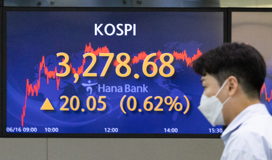 A screen in Hana Bank's trading room in central Seoul shows the Kospi closing at 3,278.68 points on Wednesday, up 20.05 points, or 0.62 percent, from the previous trading day. [NEWS1]