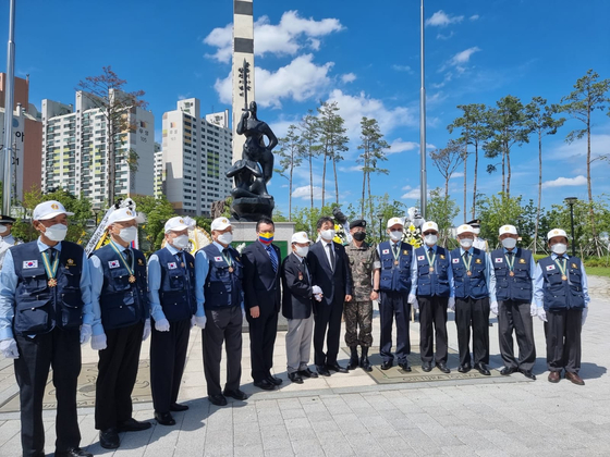 Colombian Ambassador to Korea Juan Carlos Caiza Rosero, fifth from left, deputy minister of patriots and veterans affairs of Korea, Lee Nam-woo, seventh from left, and veterans of the Korean War (1950-53) commemorate the 70th anniversary of the arrival of the Colombian battalion, at Colombia Park in Incheon, where a monument to the Colombian veterans stands. The country sent 5,100 soldiers to Korea from 1951 to 1954 and the first group arrived on June 16, 1951. [EMBASSY OF COLOMBIA IN KOREA]
