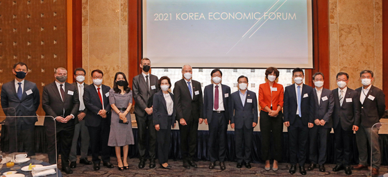 From left, Gustav Slamecka, ambassador of the Czech Republic; David-Pierre Jalicon, chairman of the French Korean Chamber of Commerce and Industry; Choi Hee-am, vice chairman at KISWEL; Jung Eun-young, CEO of HSBC Korea; Park Hyun-nam, Korean chairperson at Korean-German Chamber of Commerce and Industry; Julien Cats, deputy head of mission of France; Park Myung-ae, president at TmaxSoft; Einar Jensen, ambassador of Denmark; Cheong Chul-gun, CEO of the Korea JoongAng Daily; Hong Jeong-kee, vice minister of environment; Joanne Doornewaard, ambassador of the Netherlands; Touy Darit, labor attaché of Cambodia; Kang Chan-su, senior reporter on environment issues at the JoongAng Ilbo; Park Jin-woo, head of communication office at Posco; and Baik Soo-ha, vice president of Coupang.